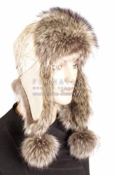 Ушанка из енота с бежевой кожей с двумя заклепками