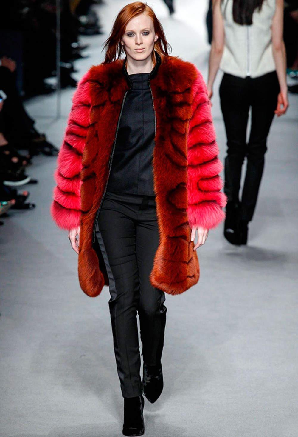 пальто из красной и коричневой лисицы фото